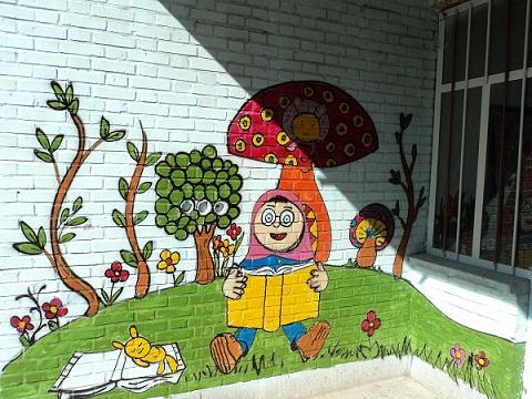 نقاشی روی درب مدرسه کتابخانه سیار روستایی تفت و مهریز